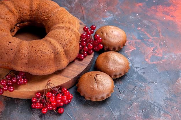 Vue rapprochée latérale du gâteau aux cupcakes le gâteau aux cupcakes appétissants sur la planche à découper