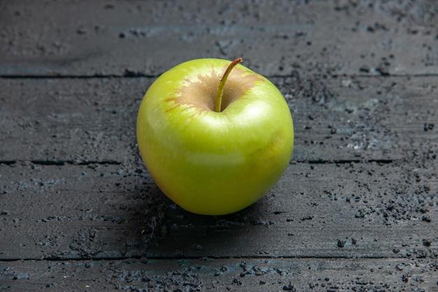 Vue rapprochée latérale pomme verte appétissante pomme verte sur fond sombre