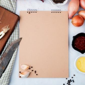 Vue rapprochée de légumes comme l'ail et l'oignon avec des épices et du beurre sur fond blanc avec copie espace