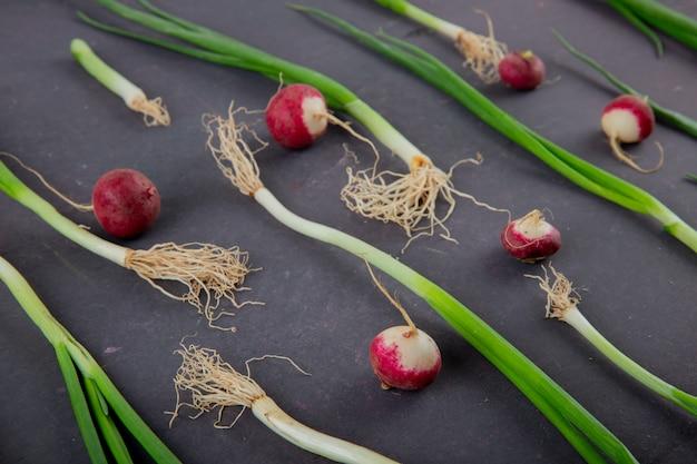 Vue rapprochée de légumes comme le radis et l'oignon vert sur fond marron