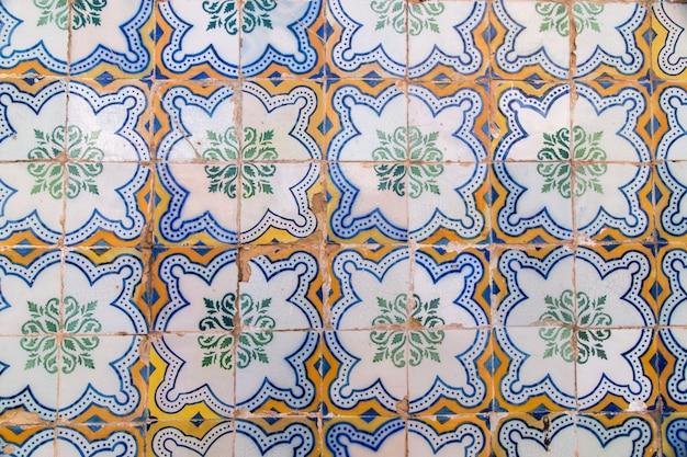 Vue rapprochée des magnifiques œuvres d'art de la céramique portugaise azulejo.