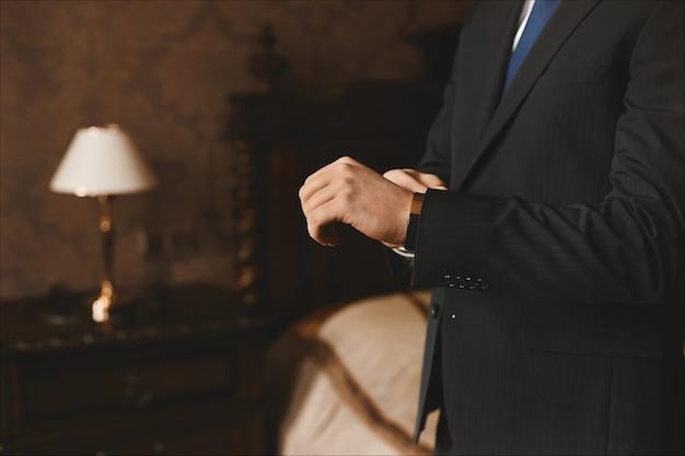 Vue rapprochée des mains mâles avec montre de luxe