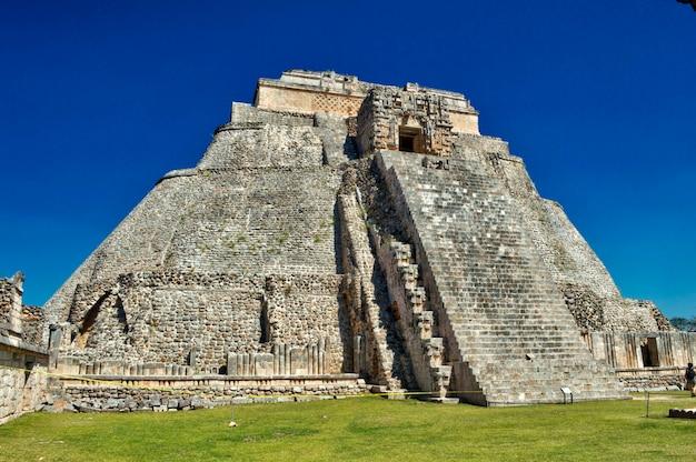 Vue rapprochée de la maison de l'adivino. site archéologique d'uxmal, situé au yucatan. belle région touristique.