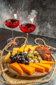 Vue rapprochée de la meilleure collation avec divers fruits et aliments sur un plateau marron en bois