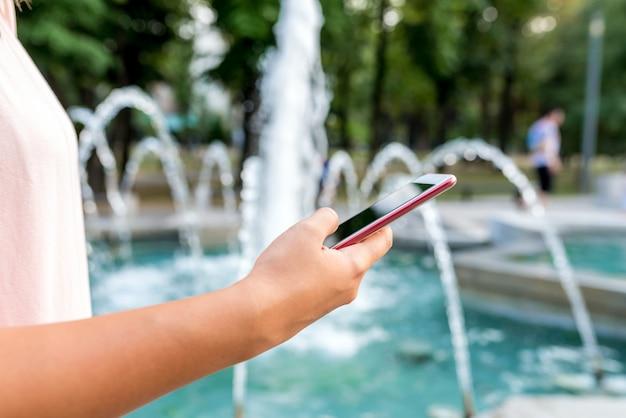 Vue rapprochée de messages textes féminins dans le parc public