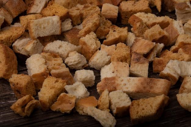 Vue rapprochée de morceaux de pain sur fond de bois