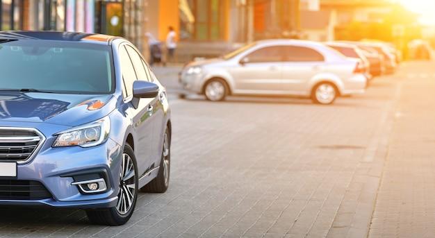Vue rapprochée de la nouvelle voiture chère et brillante garée du côté de la rue de la ville.