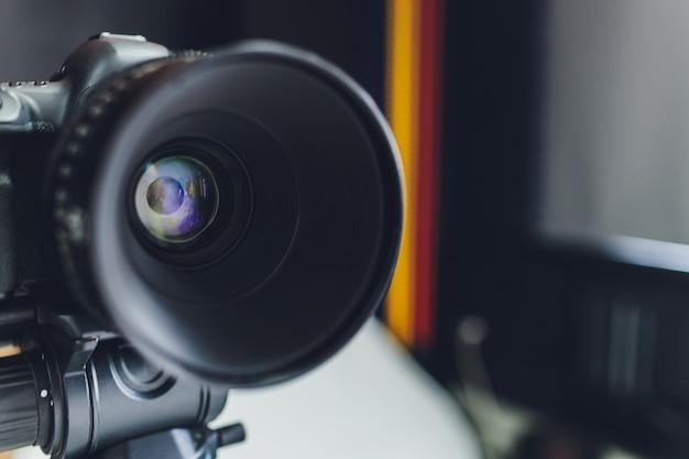 Vue rapprochée sur l'objectif de l'appareil photo noir.