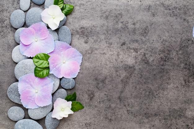 Vue rapprochée des objets à thème pierres zen sur fond gris.