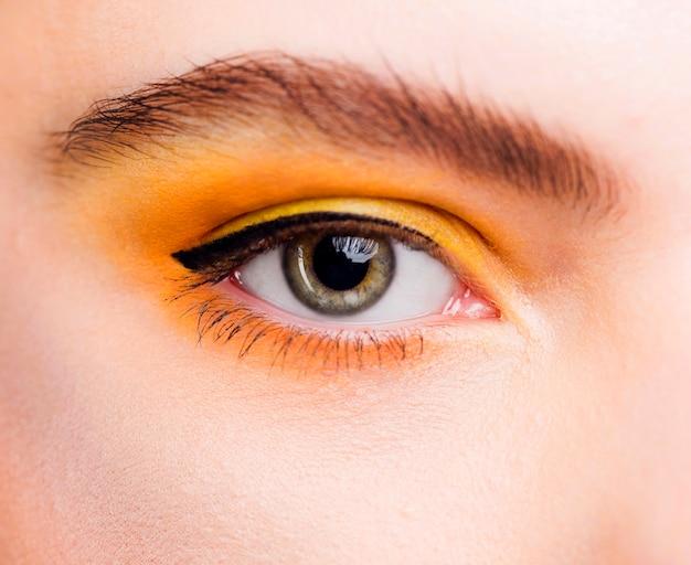 Vue rapprochée de l'oeil vert avec un beau maquillage