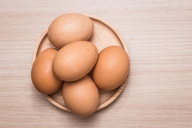Vue rapprochée des oeufs de poule sur fond de table en bois