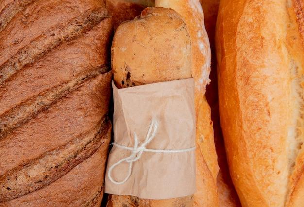 Vue rapprochée de pains noirs comme des baguettes croustillantes et vietnamiennes tandir