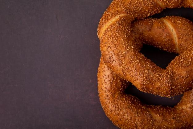Vue rapprochée des pains de sésame turcs sur le côté droit et fond marron avec copie espace