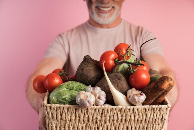 Vue rapprochée, panier de légumes, homme tenant des légumes frais