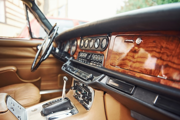 Vue rapprochée de la partie avant de l'ancienne automobile rétro de luxe.
