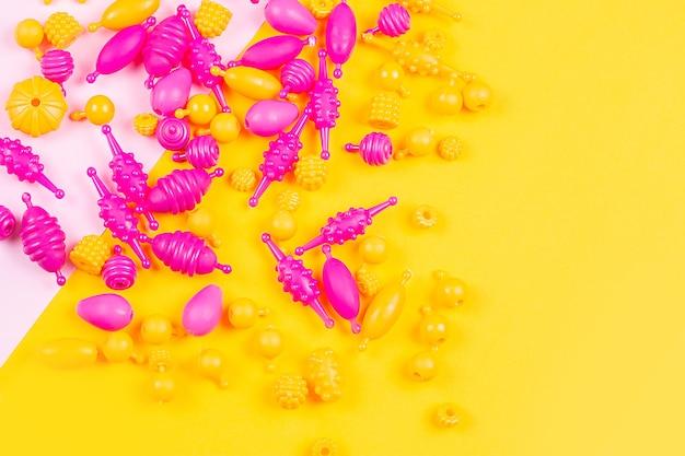 Vue rapprochée de perles en plastique multicolores pour un bracelet de filles à partir d'un ensemble