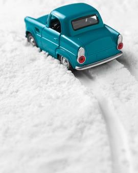 Vue rapprochée de la petite voiture dans la neige