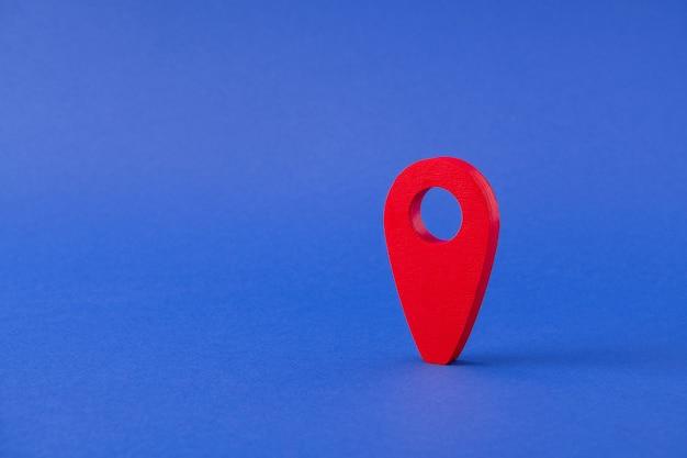 Vue rapprochée d'un pointeur rouge emplacement gps trouver un lieu de recherche