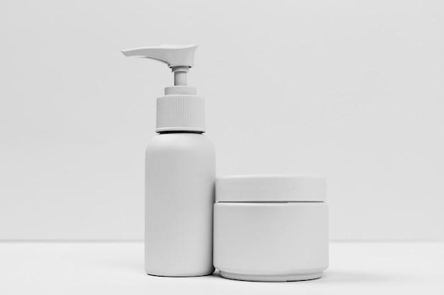 Vue rapprochée de produits cosmétiques avec espace copie