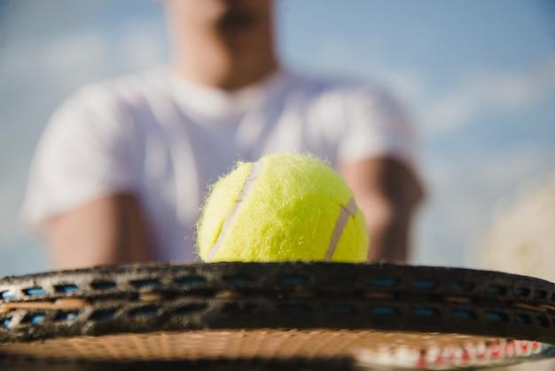 Vue rapprochée de la raquette avec balle