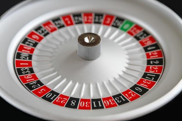 Vue rapprochée de la roue de la roulette du casino.