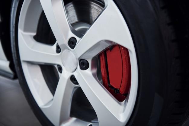 Vue rapprochée de la roue de la toute nouvelle voiture moderne.