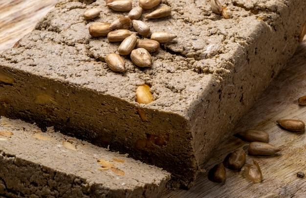 Vue rapprochée de savoureux halva aux graines de tournesol