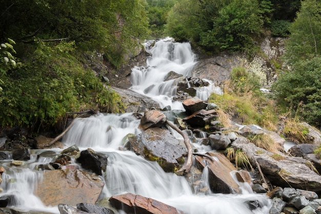 Vue rapprochée des scènes de cascade dans les montagnes, parc national dombai, caucase, russie, europe. paysage d'été, temps ensoleillé et journée ensoleillée