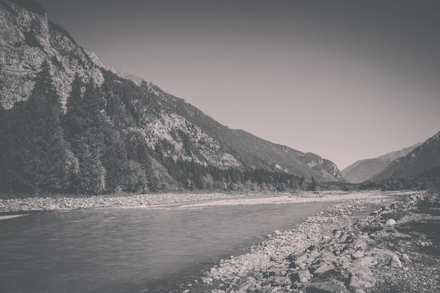 Vue rapprochée des scènes de rivière dans les montagnes du parc national dombai, caucase, russie, europe. paysage d'été, temps ensoleillé, ciel bleu dramatique et journée ensoleillée