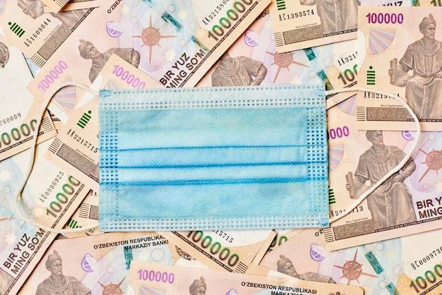 Vue rapprochée de la somme de la monnaie ouzbek macro shot