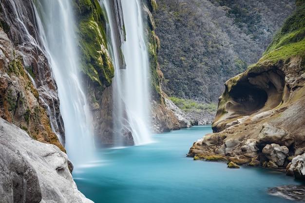 Vue rapprochée de la spectaculaire cascade tamul sur la rivière tampaon, huasteca potosina, mexique