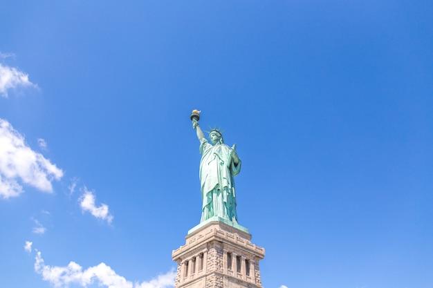 Vue rapprochée de la statue de la liberté sur ciel bleu