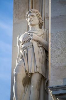 Vue rapprochée de la statue de viriato de la rue de l'arc d'auguste située à lisbonne, au portugal.