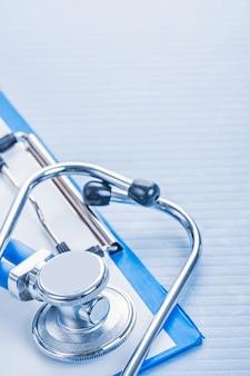 Vue rapprochée stéthocope sur presse-papiers concept médical