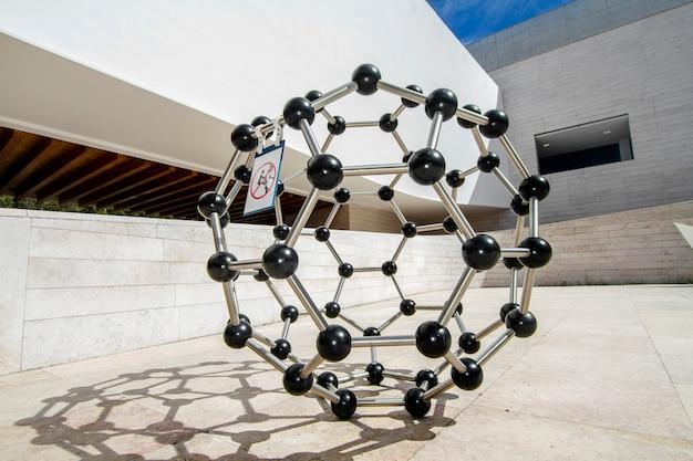 Vue rapprochée d'une structure moléculaire atomique située dans le pavillon de la connaissance à lisbonne, au portugal.
