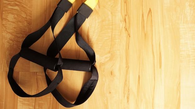 Vue rapprochée de la suspension sur fond de bois formation à la maison - remise en forme à la maison