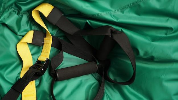 Vue rapprochée de la suspension sur fond vert formation à la maison - remise en forme à la maison