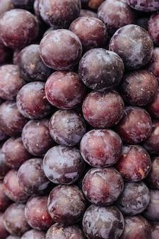 Vue rapprochée d'un tas de prunes juteuses fraîches