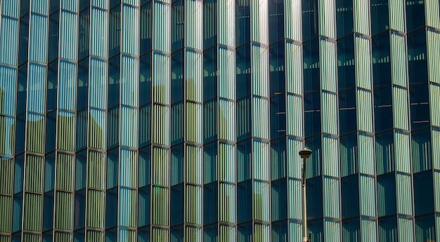 Vue rapprochée de la texture d'un bâtiment en verre.