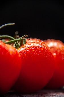 Vue rapprochée de tomates rouges fraîches sur le fond clair