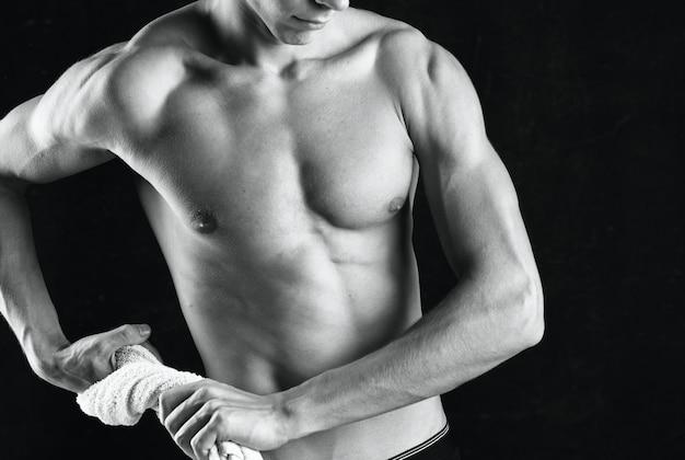Vue recadrée de muscles d'entraînement d'homme sportif