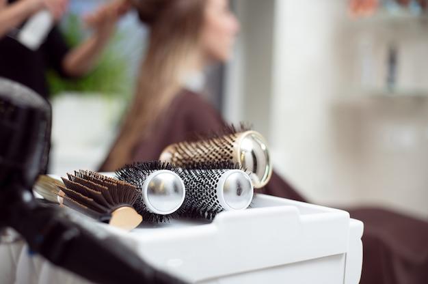 Vue recadrée des outils de coiffeur professionnel. gros plan de brosses rondes