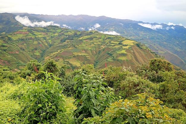 Vue de la région de l'amazonas highland vu de l'ancienne citadelle de kuelap