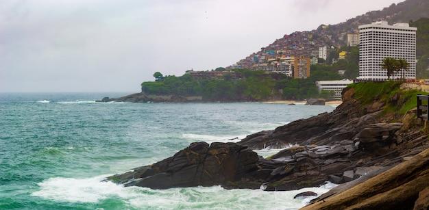 Vue de rio de janeiro avec plages, bidonvilles et architecture.