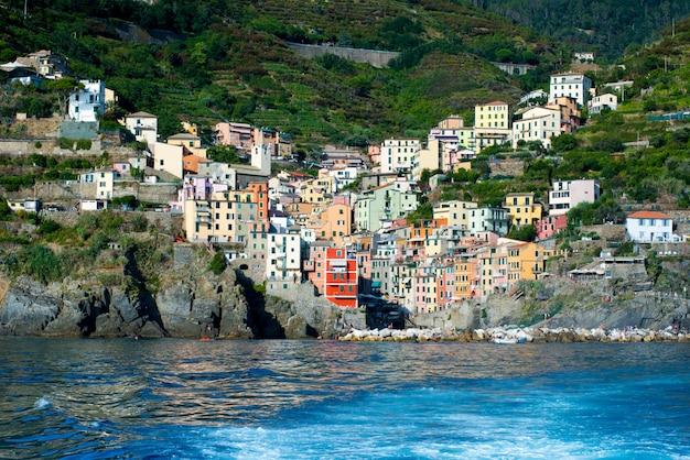 Vue de riomaggiore, italie depuis la mer avec sillage