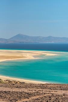 Vue sur le rivage de la playa de sotavento à fuerteventura, espagne