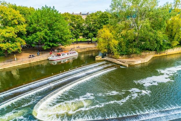 Vue sur la rivière avon pulteney bridge à bath, angleterre
