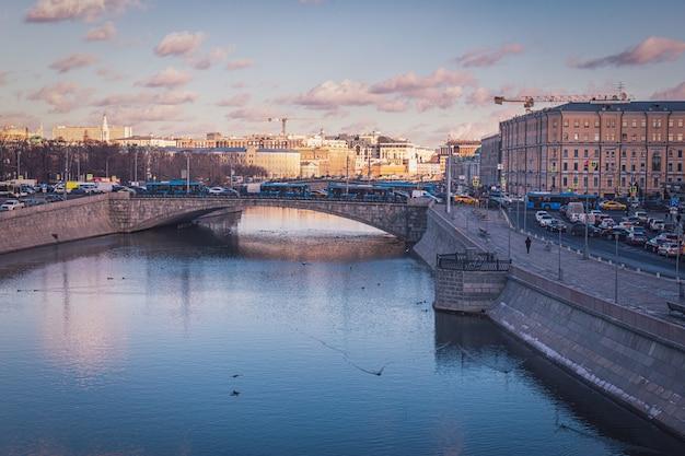 Vue sur la rivière moskva et embouteillages sur les routes de moscou