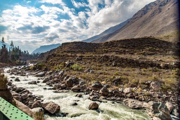 Vue de la rivière urubamba depuis le train jusqu'à machu picchu, cusco, pérou
