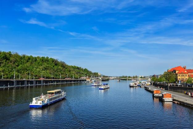 Vue sur la rivière vltava et bateaux à prague